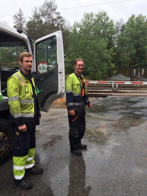 UTEN STRØM: Store deler av Kornsjø er uten strøm etter uværet på fredag. På grunn av omfattende arbeid kan det ta lang tid før strømmen er tilbake. Det informerer Espen Vik (t.v) og Jørgen Kuremyr fra Nettpartner.