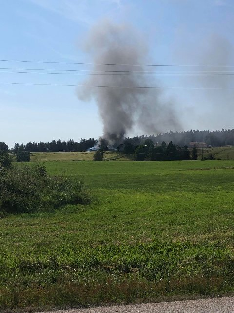 Det kom mye røk fra brannen. (Foto: Silje Holth)