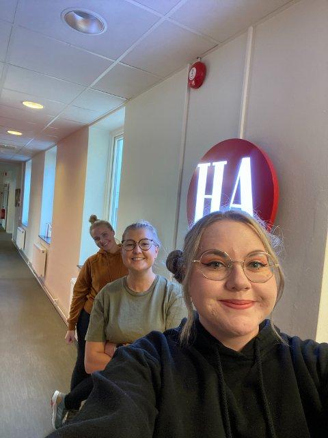 Silje S. Hansen (18) - foran -  har laget en Instagramkonto for østfoldinger. Her sammen med Halden Arbeiderblads journalister Pernille Elise Jørgensen og Emely Hansen.