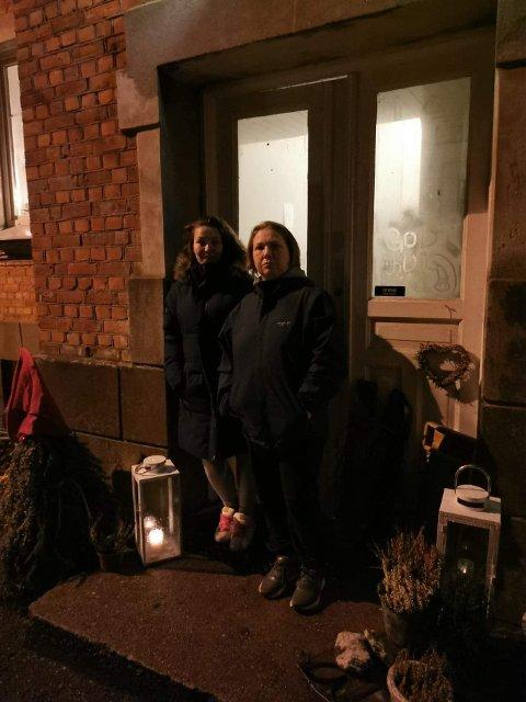 Maria Olderbakk (t.v.) har bodd i Torpedalsveien i Tistedal i ti år og har aldri opplevd at noen har stjålet julepynten. Nå håper hun pynten finner veien hjem igjen. Her sammen med Cathrine Lillegård Johansen på den pynta trappa.