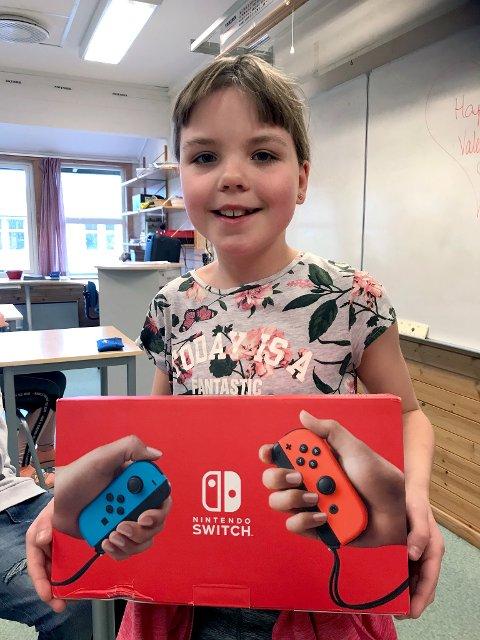 NINTENDO: Ingeborg Snopestad (9) var den heldige som vant førstepremie på brannvesenets julekalender. Hun ble overrasket med besøk fra brannvesenet på skolen forrige uke.