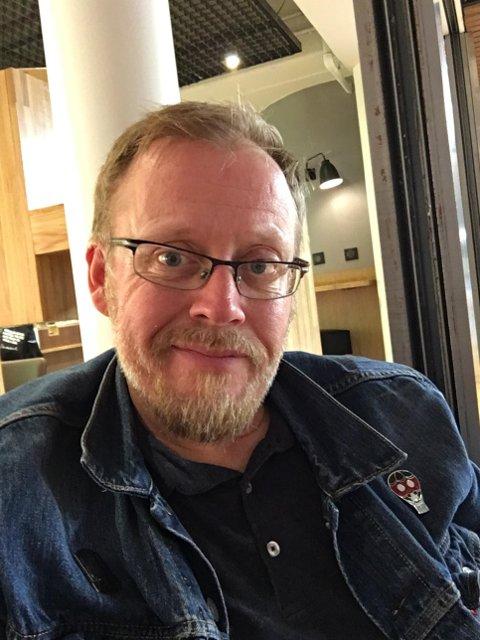 SPAR AKTØRENE: Henning Olsen, fra Halden, ber folk om å revurdere å få billetter refundert på grunn av virusutbruddet.