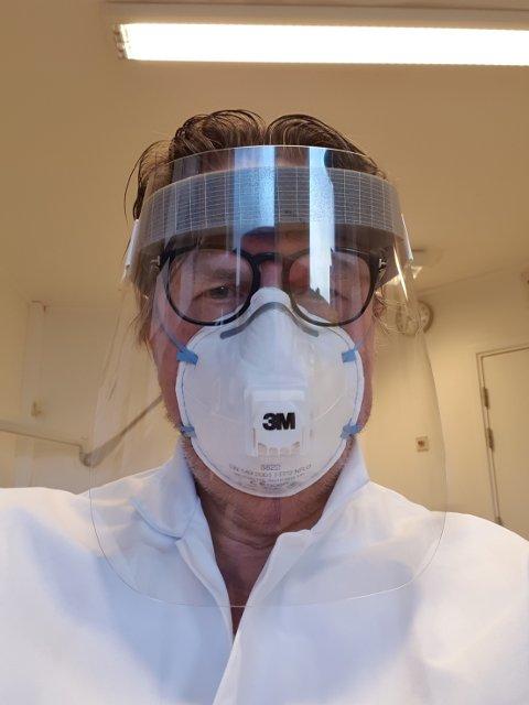Her er Bent Asgeir Larsen i fullt smittevernutstyr
