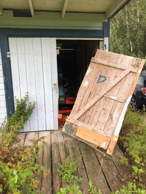 Døra har blitt revet av på boden.