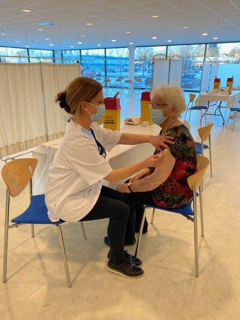 Her får 94 år gamle Anne-Marit Andreassen vaksine av Cecilie Labori Espenes på det nye vaksinasjonssenteret på Sørlifeltet.
