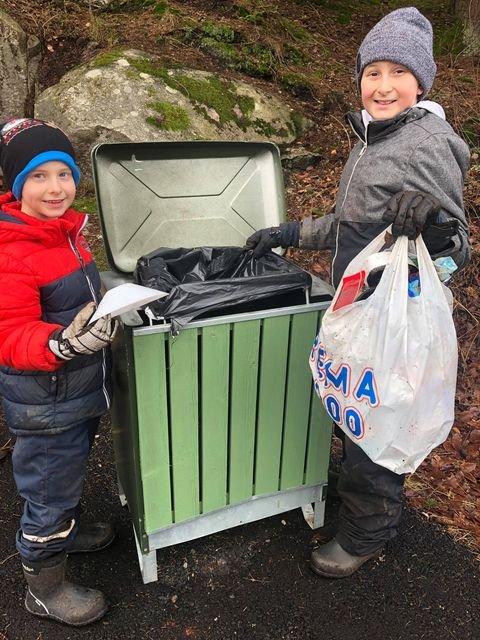 Didrik (til venstre) og Ulrik Spange Heltorp plukket masse søppel langs turstien søndag formiddag. De oppfordrer haldenserne til å bruke søppelkassene neste gang.