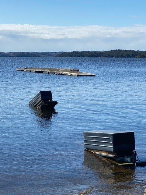 En flytebrygge og to utriggere glyter i Femsjøen.