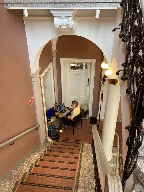 LYD: HEr tar Therese Næss Diesen opp lyden av skritt i den eldste delen av Halden rådhus.