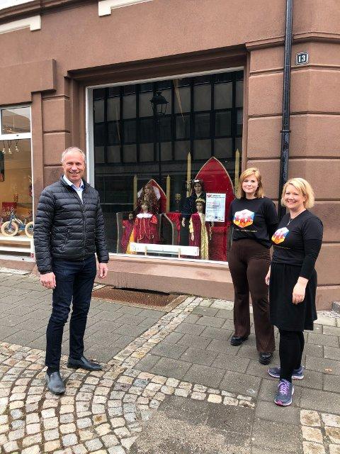 GAVE: Banksjef Øystein Undrum i DNB er glad for at DNB Sparenbankstiftelsen kan støtte Ylva Berger Nyborg og Monia Berger-Lunds planer om et kulturhus for barn og unge.