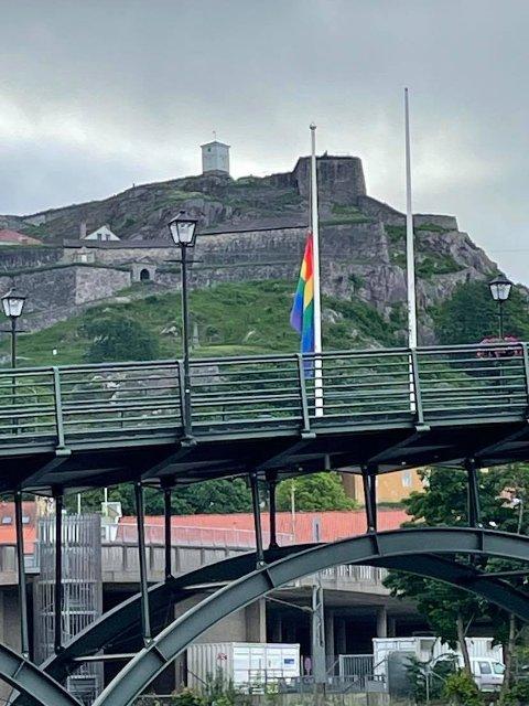 SØRGELIG SYN: Et prideflagg på halv stang ønsker vi ikke å se i Halden. Slik så det ut ved 08.00-tiden fredag morgen. Lørdag ettermiddag ble det forsøkt igjen.