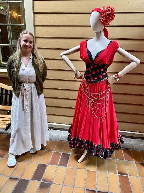 FLOTTE KOSTYMER: Sara Nyggaard er museumsvert ved Halden Historiske Samlinger og prosjektleder for utstillingen «Carmens nye klær».