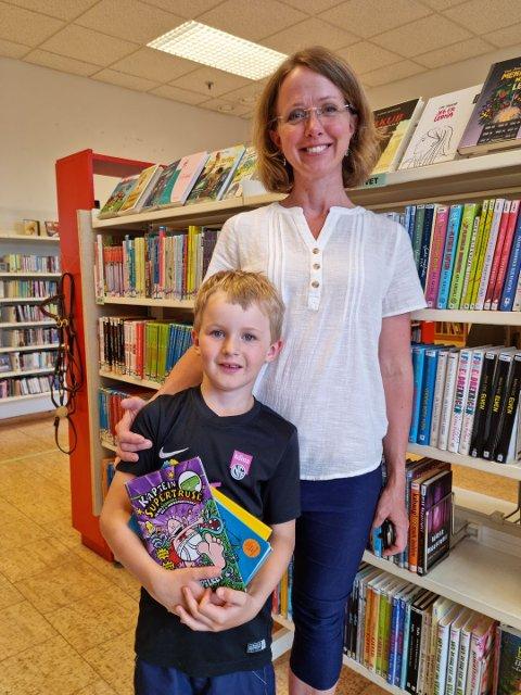 Jonathan Gran Ulseth besøker biblioteket sammen med mamma, Ingvild. Jonathan går i 1. klasse og er med på Sommerles for første gang. Nå skal han skaffe seg bøker til sommerferien.