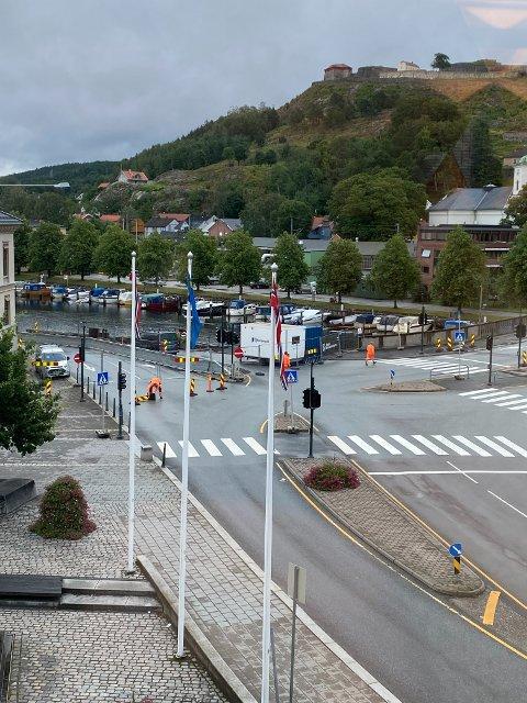 Viken fylkeskommune jobber med å få i gang lyskrysset på Wiels plass igjen etter jordraset i februar. I fellesferien har én veibane vært åpen, men nå stenger det igjen.