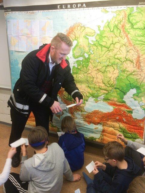 FRA NSB: Konduktør Frode Barmoen klippet billettene til elevene.