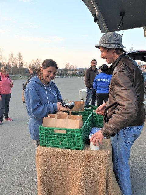 JUBILEUM: Reko-ringen er et år. På bildet er Sylvia Denais i ferd med å hente ost og kjøtt som hun har bestilt hos Gertjan de Snaijer fra Ommang Søndre.