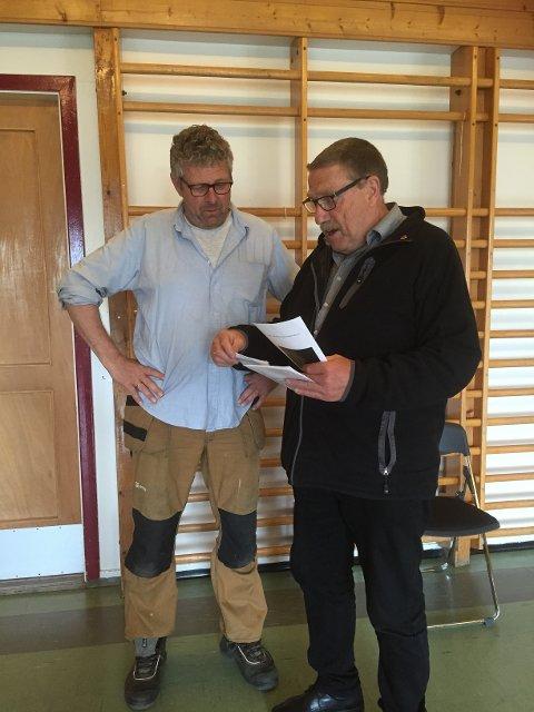 Svein Jaastad vert orientert om røystesetlane av Kåre Grønsnes