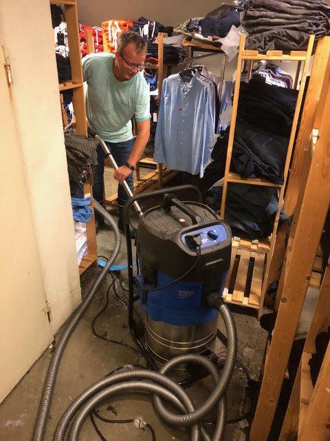 Mye vann: Knut Terje Storhaug hadde sin fulle hyre med å få vekk vann fra gulvet tirsdag ettermiddag.