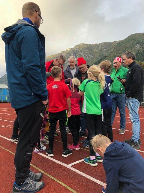 Det var yrende liv på Odda stadion da OI arrangerte seriestevne forrige uke. Her venter deltakerne på 400 meter spente på tida si.