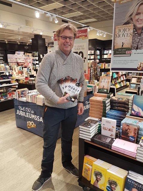 På gjennomreise: Jørn Lier Horst var i Odda i forbindelse med Litteratursymposiet i 2017, og tok mandag turen innom Norli for å si takk for sist. Foto: Privat