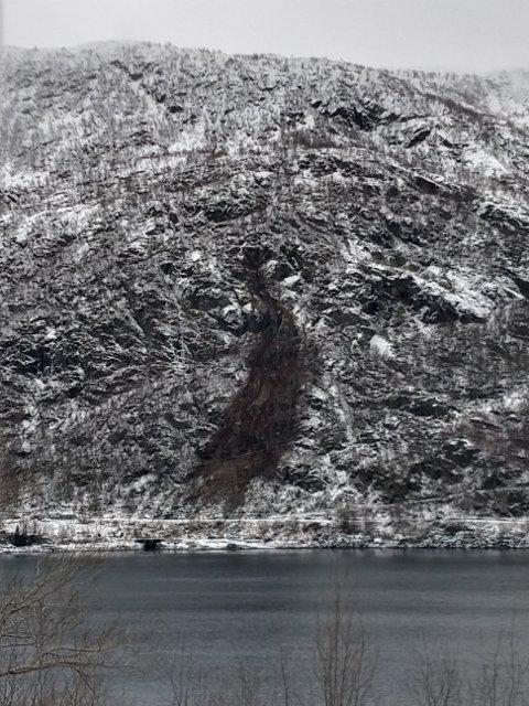 Slik såg det ut etter at det gjekk ras over Odlandsvegen i romjula. No er fjellsida reinska og delvis sikra, men vegen er stengt igjen på grunn av vêret.