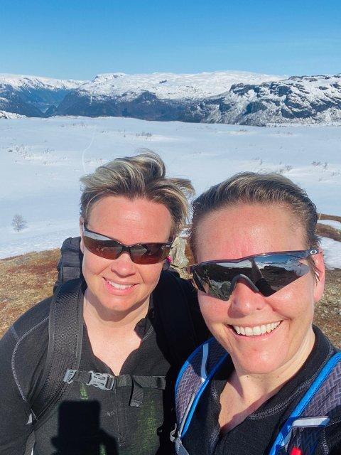 Laila Kveen og Elisabet Moe på tur laurdag. Då gjekk dei til Oddavarden.