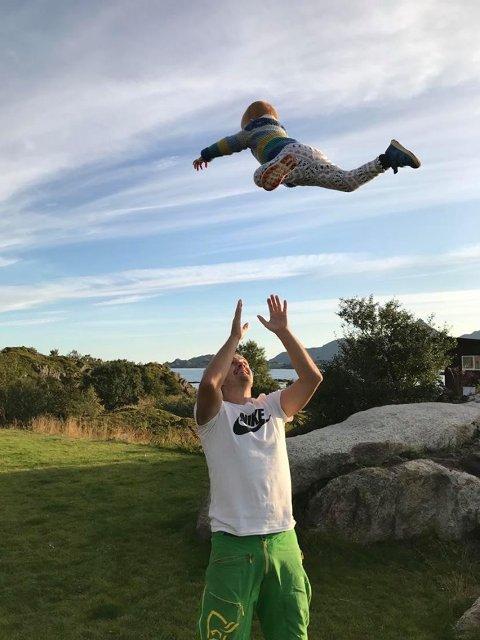 Øystein Skjeldås er bosatt på Leknes i Lofoten, sammen med samboeren Susan Pia og sine to barn på 5 og 2 år.