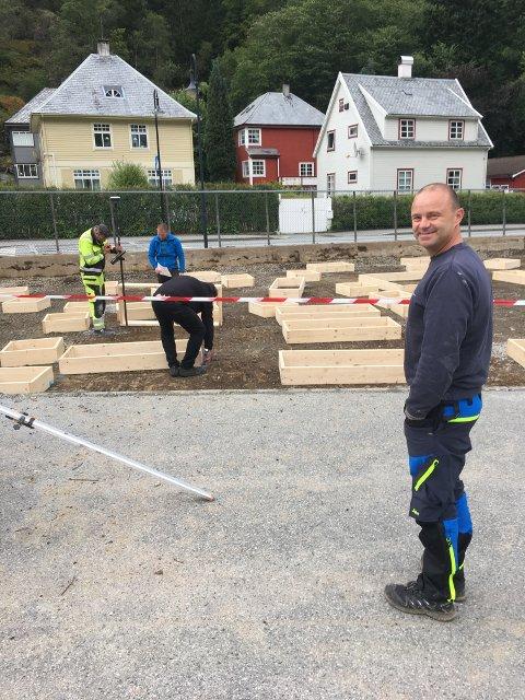 Dei siste månadane har foreldre ved Odda barneskole jobba på dugna for å utbetre skuleplassen. Her jobbar Asle Lægreid og fleire andre med det som skal bli ein stor ny aktivitetspark.