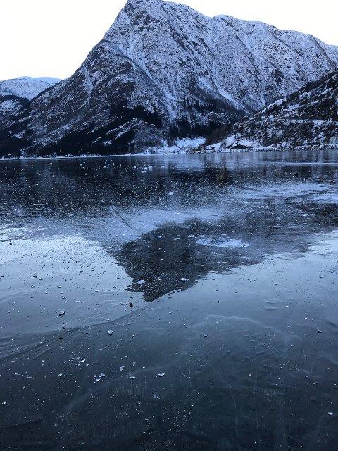 Sandvinsvatnet dekket av is.