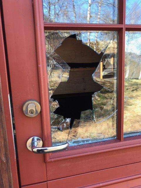 Slik ser det ut ved inngangsdøren til en av hyttene som er utsatt for innbrudd. Ruten er knust og døren deretter åpnet fra innsiden.