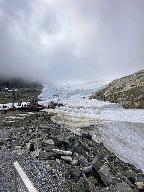 – Bruk av snøkanonar vil hjelpa for å hindra at isen trekkjer seg attende, seier geolog. Dette bildet er teke ved skisenteret i sommar.
