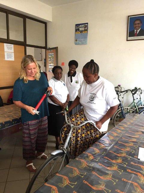 Henriette Skjelstad Lindanger kom med sykler til damene i hjelpeorganisasjonen Kiwakkuki.