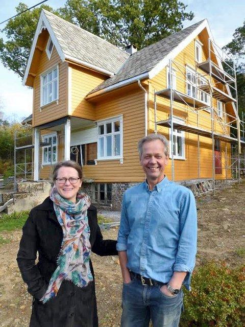 UTVENDIG: Elisabeth og Bjørn Steinar Nesheim framfor det gamle gardshuset på Sannes ved Vatsvatnet.