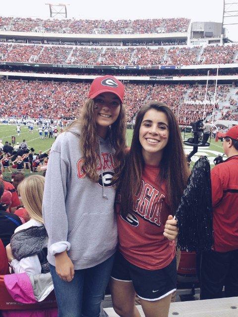 Minner: Rebekka Lund (til venstre) med sin vertssøster under en amerikansk fotballkamp som hun aldri kommer til å glemme. FOTO: PRIVAT