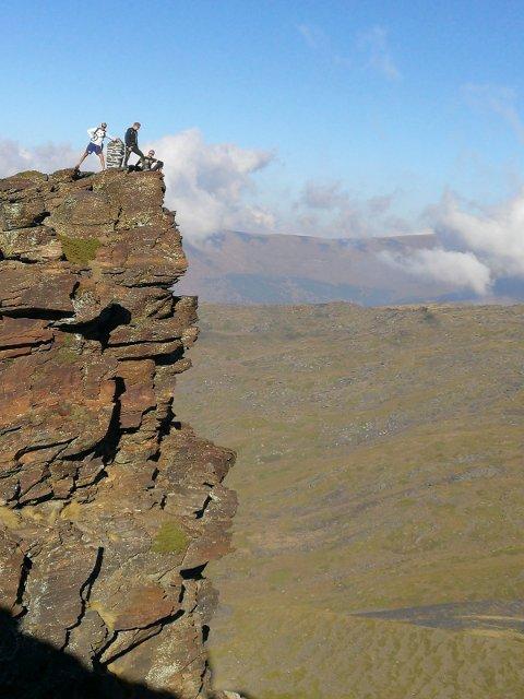 Sierra Nevada: Lars Magne Ullvang (t.h.) og Endre Espedal (i midten) sammen med Lars Hjemdal på et aldri så lite utspring i den spanske fjellheimen. Foto: Privat