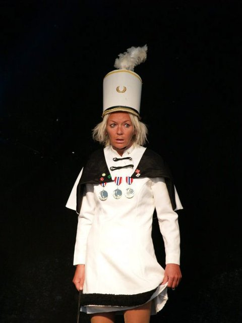 """EGET SHOW:Anne Marith Sandhåland som drillpike i en sommrrevy i Fitjar. I januar skal hun spille flere forestillinger av """"Ein barslige 50-åring"""". Anne Marith Sandhåland som drillpike i sommrerveyen i Fitjar."""