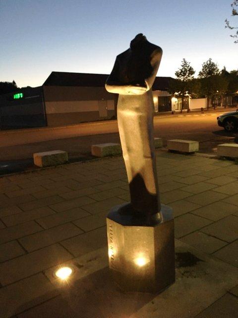 Statuen i Sveio sentrum. Foto: Politiet