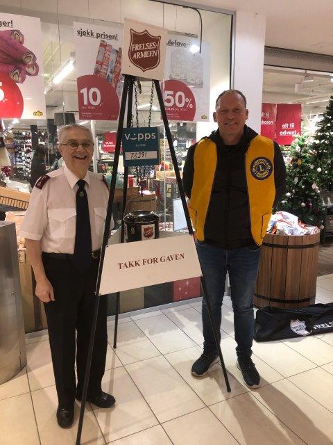 Rolf Stackbom i Frelsesarmeen og Paul Inge Stange fra LC Karmøy Vest foran Julegryten på AMFI Åkrehamn.