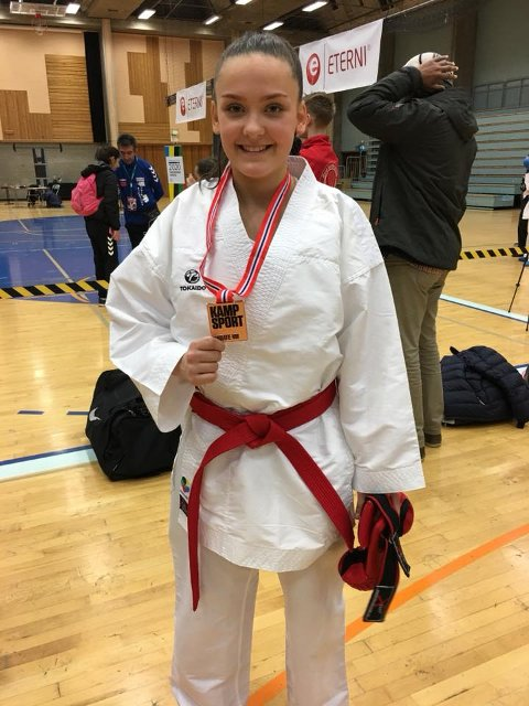 BEST I NORGE: Malin H. Rasmussen med gullmedaljen fra NM i karate i helgen.