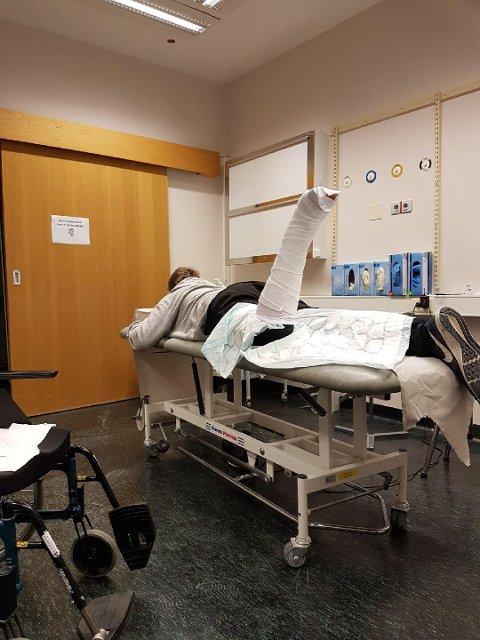 LAV BEMANNING: 15 år gamle Kim Morten Skrøvje brakk foten da han rant på akebrett i Suldalsosen lørdag. Da han kom til Haugesund sjukehus måtte han vente sju timer før han fikk gipset foten.
