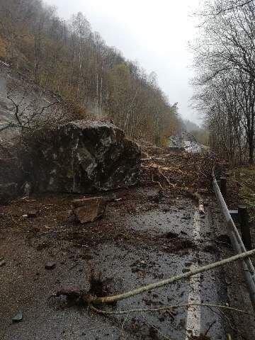 Steinblokk sperrer veien.