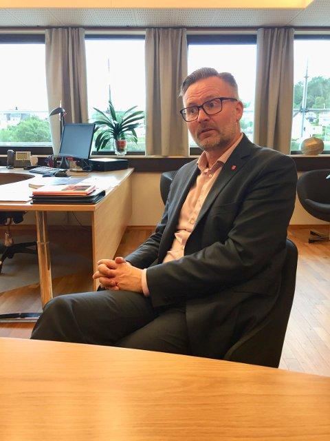 ØNSKER MØTE:   Ordfører Jarle Nilsen på kontoret etter formannskapsmøtet mandag. Han vil ha møte om interkommunal legevaktordning i høst.
