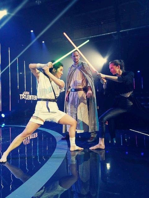 """STAR WARS: - Jeg skal lage litt show, sier Bjørnar Kristoffersen Knudsen fra Kopervik mellom to dansere. Han skal spille musikk fra """"Star Wars""""-filmene i kveld under semifinalen i Norske Talenter."""