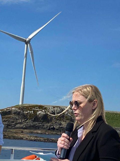 GLADNYHET: På vei ut til Utsira delte olje- og energiminister Tina Bru (H) gladnyheten. Utsira Nord åpnes for flytende havvind. Ikke alle var like glade.