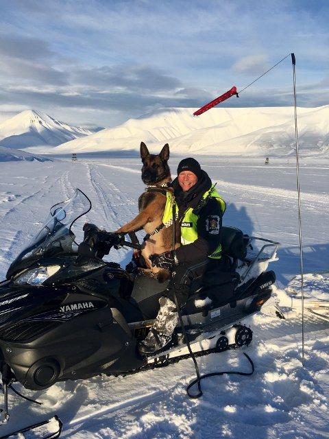 KOMPIS OG KOLLEGA: Eos har vært som en kompis og en kollega for Johan Sund Eliassen. Nå har den populære politihunden blitt pensjonist.