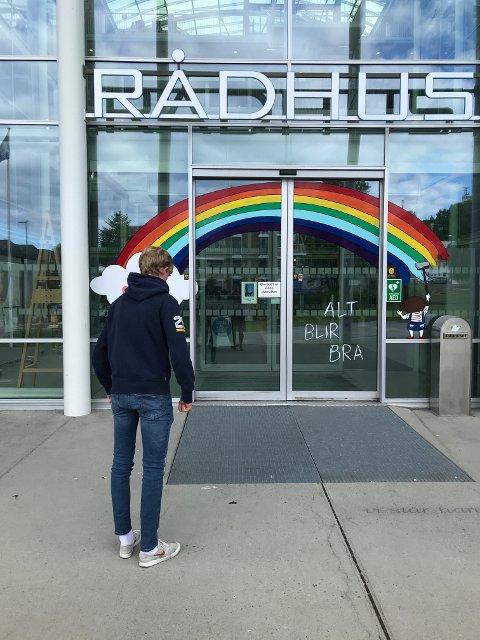 """Bildet er av Tromsø Rådhus der inngangspartiet er dekorert med regnbue og teksten """"alt blir bra"""". La oss håpe det samme for politikken i Karmøy."""