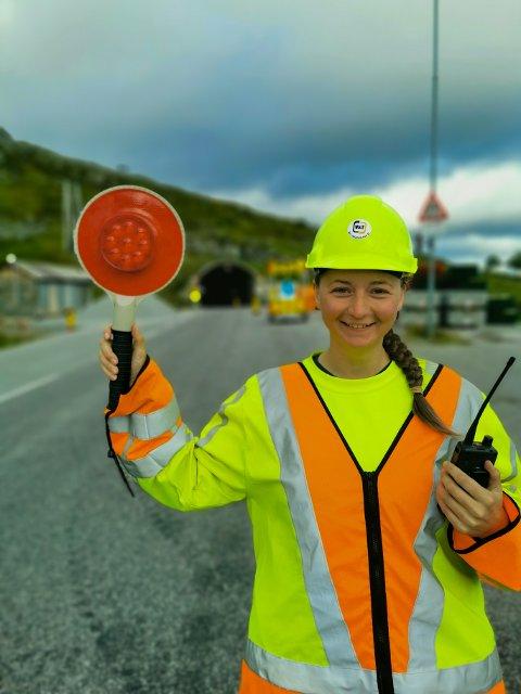 SMIL: Elisabeth Nagy tar alt med et smil, selv de bilistene som slenger litt med leppa når det er kø.