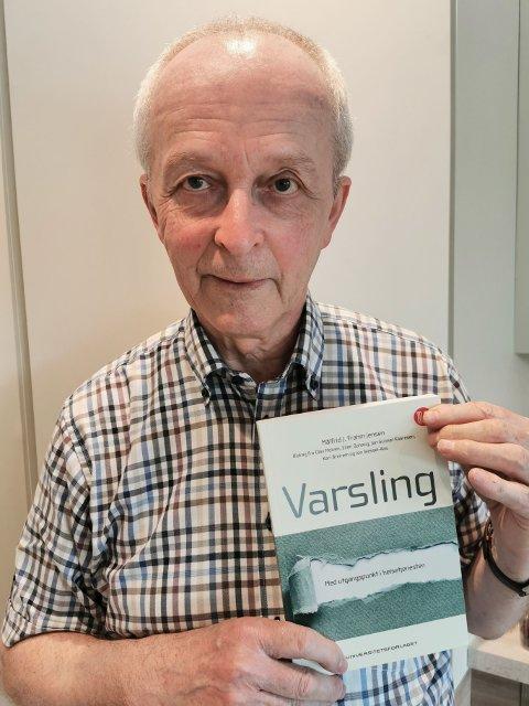 Alf Anvedsen med boken om Varsling som det henvises til i leserinnlegget.