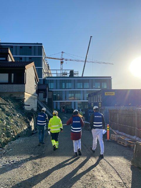 OMVISNING: I strålende sol ble ansatte, under strenge smitteverntiltak, tatt med på omvisning i det nye sykehusbygget som skal være klart for innflytting i august.