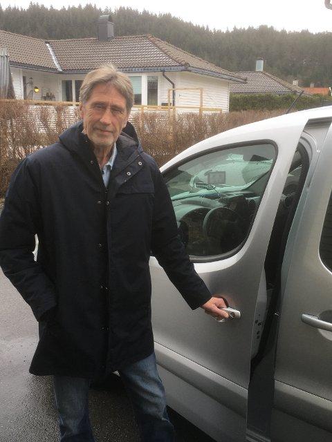KJØRER RUNDT: Det blir mange turer til Karmøy for Jan Geir Hessen. Han passer på at folk følger karantenereglene.