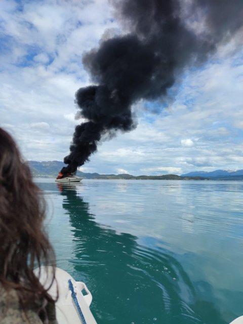 OPP I RØYK: Her ser ekteparet Bjarte Litlabø og Anita Haukefær drømmebåten først gå opp i røyk, så synke til bunns i Bjoafjorden.